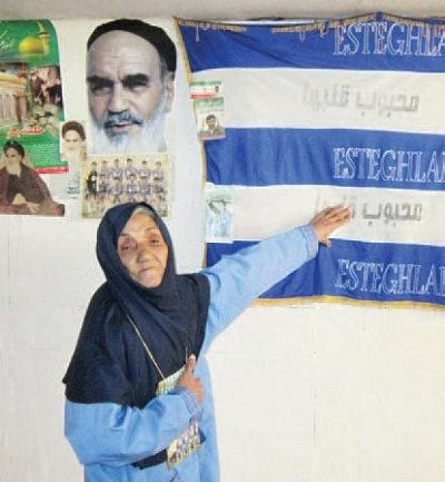تنها زنی که میتواند به استادیوم فوتبال برود - عکس -ننه آبی طرفدار استقلال
